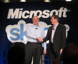 Microsoft CEO Steve Ballmer and Skype CEO Tony Bates shake hands (Net Picture)